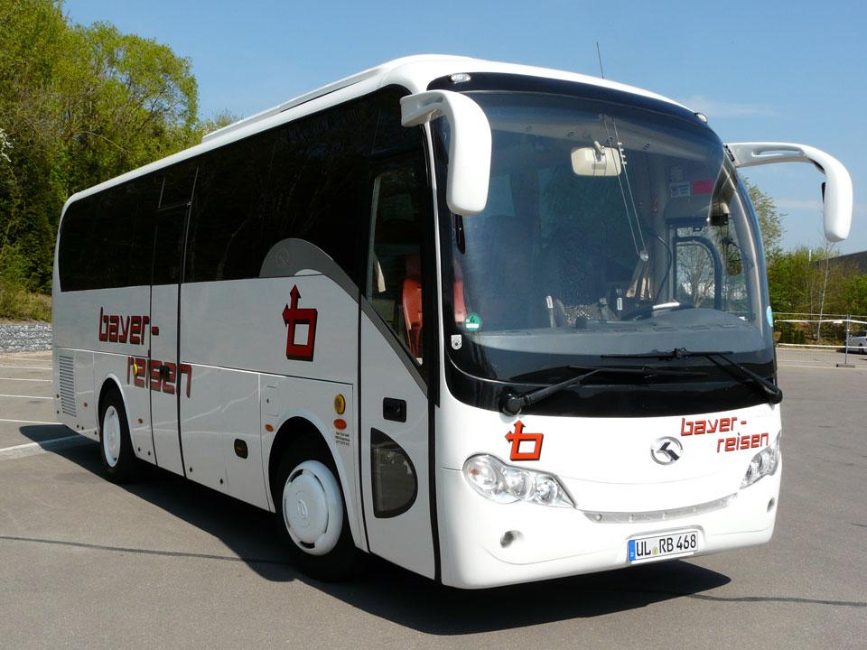 Busausstattung: Klimatisierter Kleinreisebus der bayer-Komfortklasse 4. Bequeme verstellbare Leder-Schlafsessel mit 77 cm Sitzabstand, Klapptischen, Fußrasten, WC/Waschraum, Bordküche, Kühlbar, Radio-, CD- und Mikrofonanlage, DVD-Player, u.v.m. 28+1 - Sitzplätze. Dieses Fahrzeug entspricht der EURO-Norm EURO 5 und ist dadurch sehr umweltfreundlich.