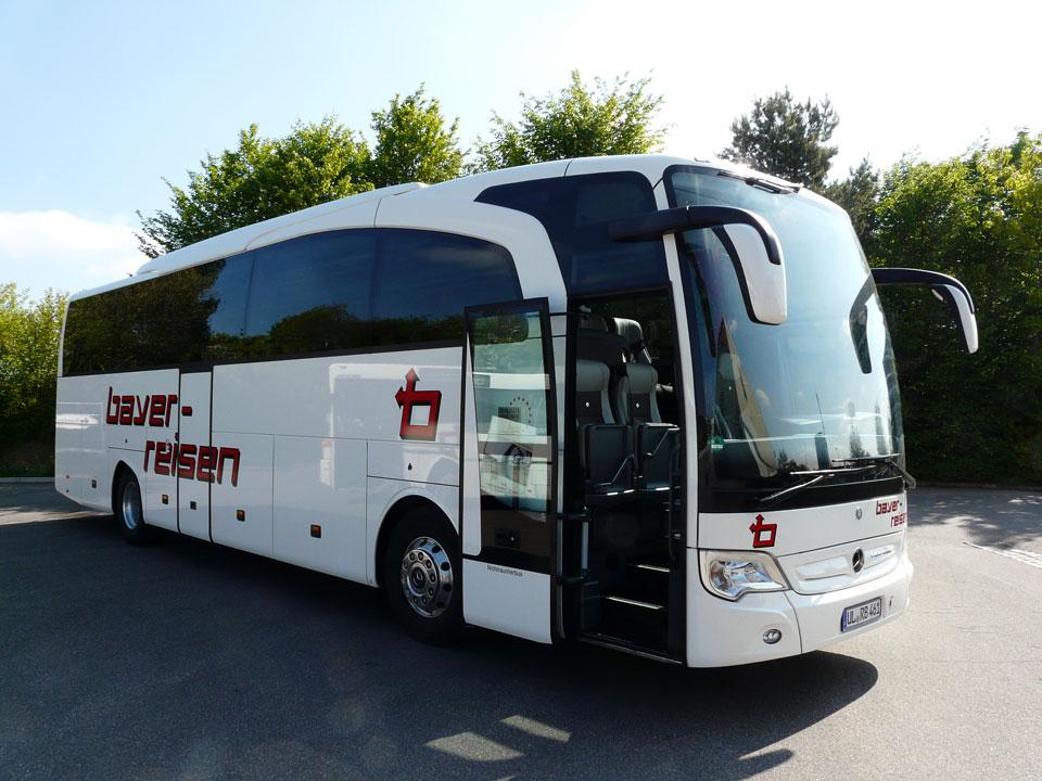 Klimatisierter Luxus-Reisebus der bayer-Komfortklasse 4 ¬- bequeme verstellbare Schlafsessel mit 77 cm Sitzabstand, Klapptischen, Fußrasten, WC/Waschraum, Bordküche, Kühlbar, Radio-, CD- und Mikrofonanlage, DVD-Player, u.v.m. 44+1-Sitzplätze. Dieses Fahrzeug entspricht der höchst verfügbaren EURO-Norm EURO 5.